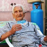 Recibe tarjeta de apoyo beneficiaria de 116 años